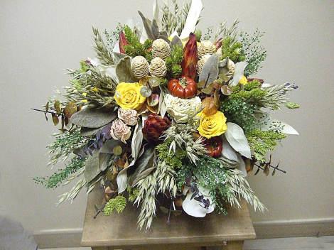 Осенние композиции фрукты овощи цветы — стоковое фото.
